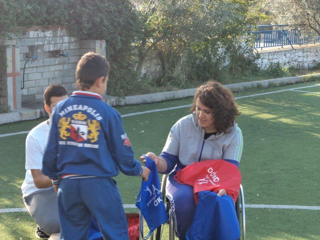 Η αθλήτρια Σεμιχά Ριζάογλου παραδίδει αθλητικό εξοπλισμό στους μαθητές