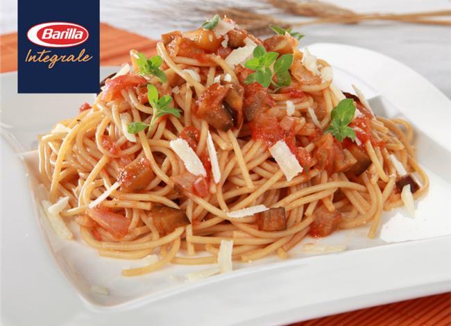 SPAGHETTI INTEGRALE με κομμάτια μελιτζάνας, σάλτσα ντομάτας και τριμμένη παρμεζάνα