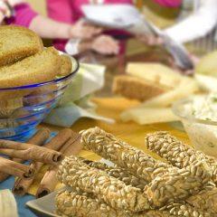Κριτσίνια σιταρένια με σουσάμι, Cottage, ντομάτα και ελιές